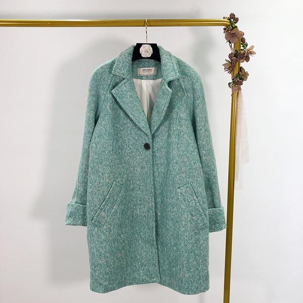 Модерно дамско палто в светъл цвят с джобове и копче