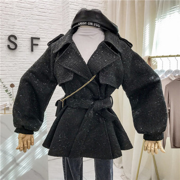 Стилно дамско палто с лъскав ефект и колан в черен и бял цвят