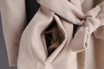 Дълго дамско палто с колан и джобове в бежов цвят
