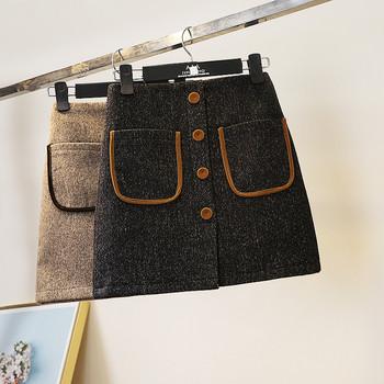 Модерна къса пола с джобове и копчета в черен и бежов цвят