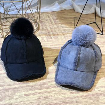 Зимна дамска шапка с козирка и пух в различни цветове