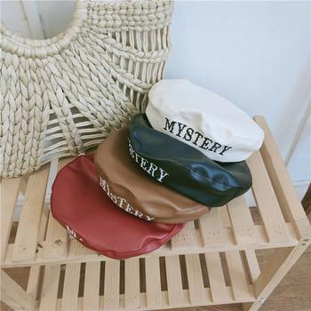 Актуална дамска шапка от еко кожа с надпис в няколко цвята