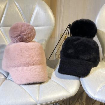 Дамска зимна шапка с козирка и пух в различни цветове