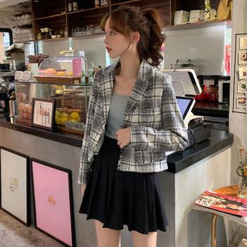 Актуално дамско късо карирано палто