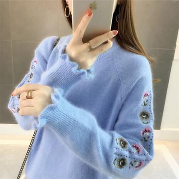 Απαλό γυναικείο πουλόβερ με ωοειδές λαιμόκοψη και κεντήματα