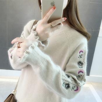 Мек дамски пуловер с овално деколте и бродерия
