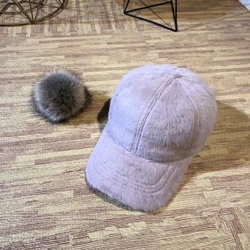 Модерна дамска шапка с козирка и пух в няколко цвята