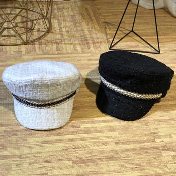 Стилен дамски каскет в черен и бял цвят