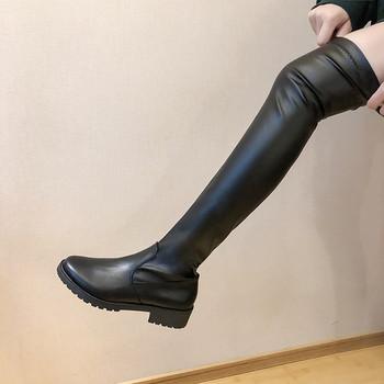 Актуални дамски чизми от еко кожа с равна подметка в черен цвят