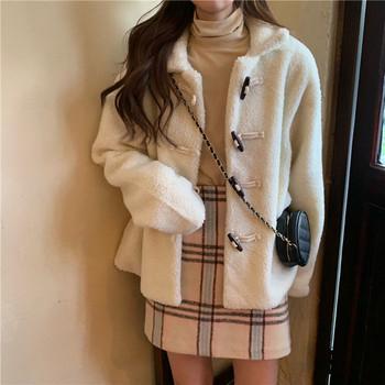 Актуално дамско палто с копчета в бежов цвят