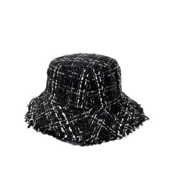 Актуална дамска шапка в черен и бял цвят