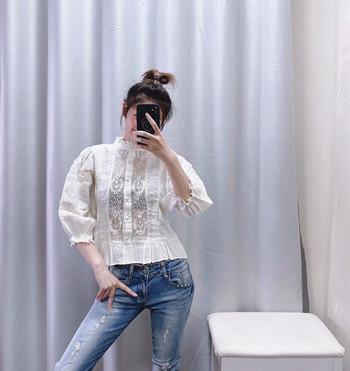 Къса дамска блуза с 7/8 ръкав в бял цвят и бродерия