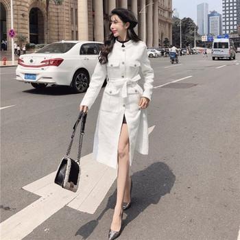Елегантно дълго палто в бял и черен цвят с джобове