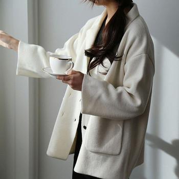 Дамско палто с шпиц яка и копчета в два цвята