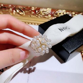 Дамски модерен пръстен в златист цвят с бели перли