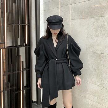 Дълго палто с колан и широки ръкави в бежов и черен цвят