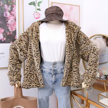 Модерно дамско палто с животински десен и 3D елемент в кафяв и бял цвят