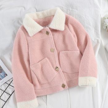 Нов модел късо дамско палто с пухена яка и джобове в три цвята