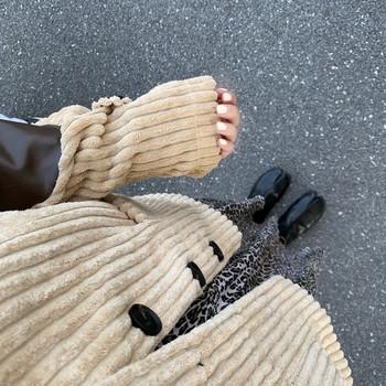 Дамско късо палто в бежов цвят с копчета