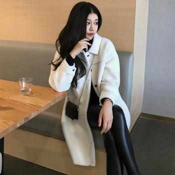 Дамско широко пухено палто с копчета в бял цвят