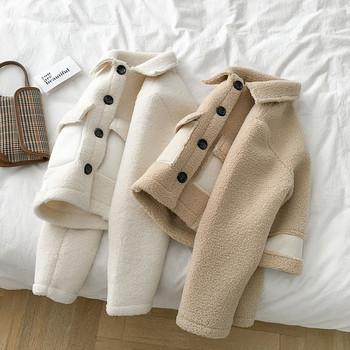 Ежедневно дамско късо палто в бял и бежов цвят с копчета