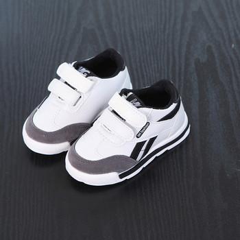Модерни детски маратонки с лепки в бял и черен цвят