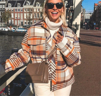 Стилно дамско карирано палто с копчета и джоб