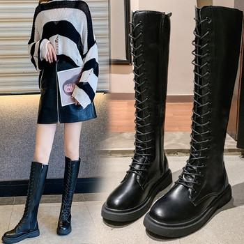 Кожени дамски ботуши с връзки и равна подметка в черен цвят