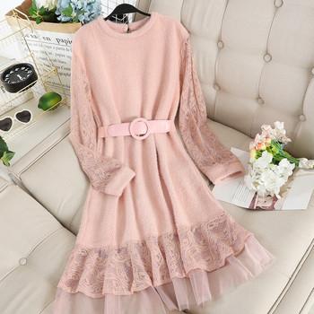 Ежедневна дамска плетена рокля в бежов и розов цвят с колан и дантела