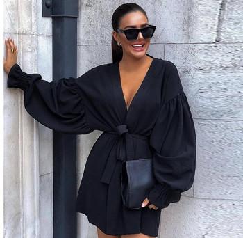 Модерна дамска къса рокля с дълбоко деколте и връзки в черен цвят