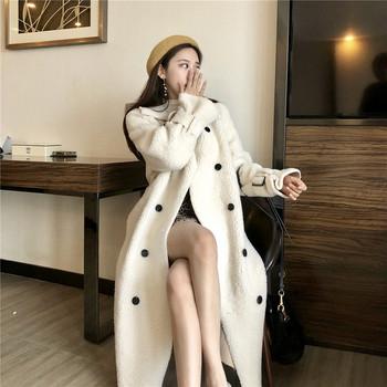 Дълго пухено палто в бял цвят с копчета