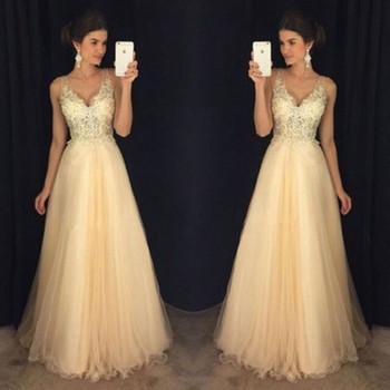 Κομψό γυναικείο μακρύ φόρεμα με λεπτές λουρίδες και τούλι
