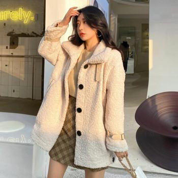 Модерно дамско палто в бежов цвят с копчета и висока яка