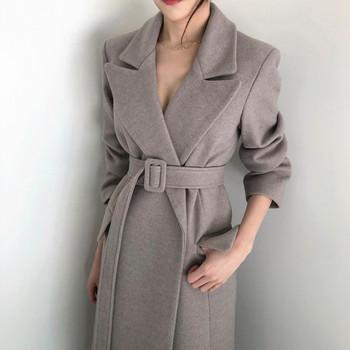 Стилно дамско сако с колан на талията в черен и сив цвят