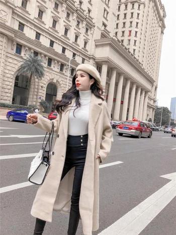 Дълго елегантно палто в бежов цвят с копчета