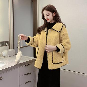 Модерно дамско палто с джобове в бял и жълт цвят