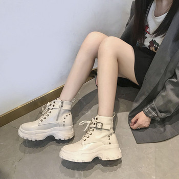 Γυναικείες μπότες με μεταλλικό στοιχείο σε λευκό και μαύρο χρώμα
