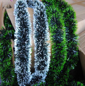 Коледен гирлянд в тъмно зелен цвят и бял връх