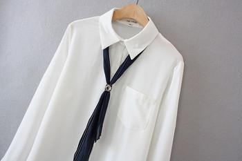 Κλασικό γυναικείο πουκάμισο με μακριά μανίκια και  τσέπη σε λευκό χρώμα