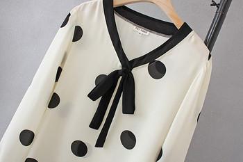 Μοντέρνο γυναικείο πουκάμισο με βαθύ λαιμόκοψη και μακρύ μανίκι σε λευκό και μαύρο χρώμα
