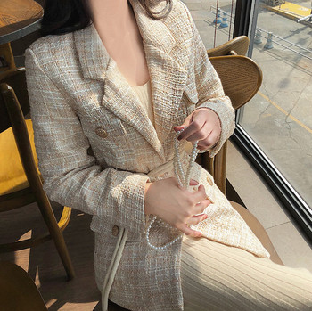 Дълго елегантно палто в светъл цвят с копчета и колан