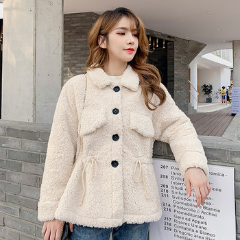 Модерно дамско палто с джобове и копчета в бежов цвят