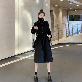 Модерно дамско палто с копчета и колан в бял и черен цвят