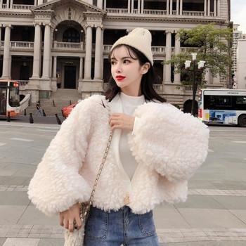 Късо дамско стилно пухено палто с копче в бял и розов цвят