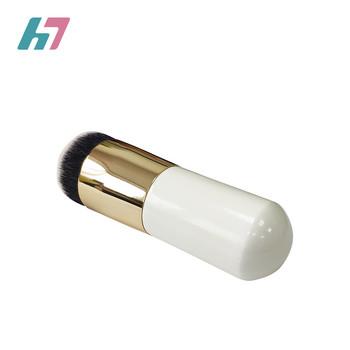 Мека четка за лесно нанасяне на фон дьо тен в бял цвят