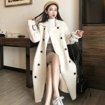 Модерно дамско дълго палто с копчета и колан в бял цвят