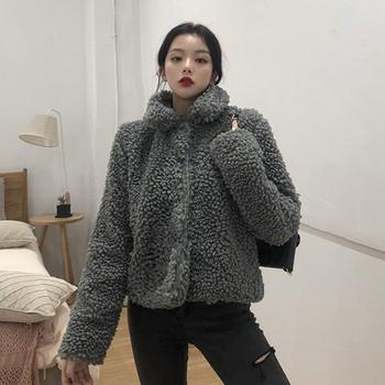 Късо пухено палто в сив цвят с копчета