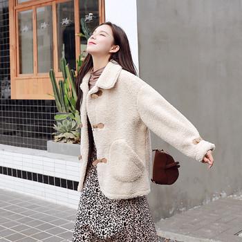 Модерно дамско палто с джобове в бежов цвят
