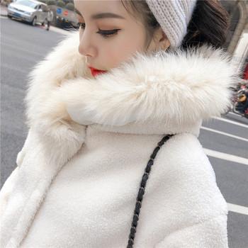 Модерно широко пухено палто с качулка в бял цвят