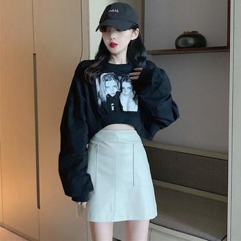 Къса дамска блуза с апликация в бял и черен цят